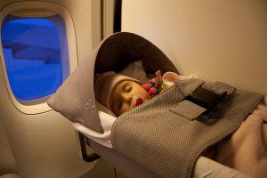 Bé bao nhiêu tuổi thì được đi máy bay?