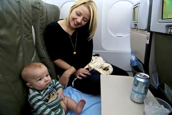 trẻ sơ sinh đi máy bay vietnam airlines cần lưu ý