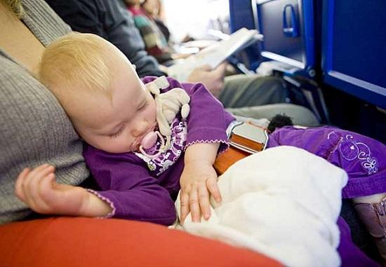 trẻ sơ sinh đi máy bay vietnam airlines