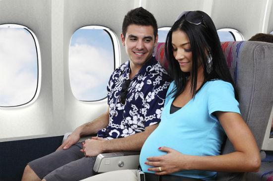 Phụ nữ mang thai có nên đi máy bay hay không?