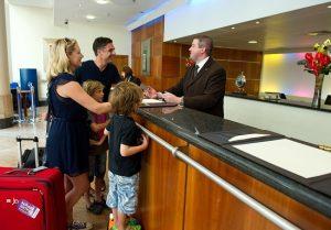 Tiền khách sạn được tính theo phòng hay số người?