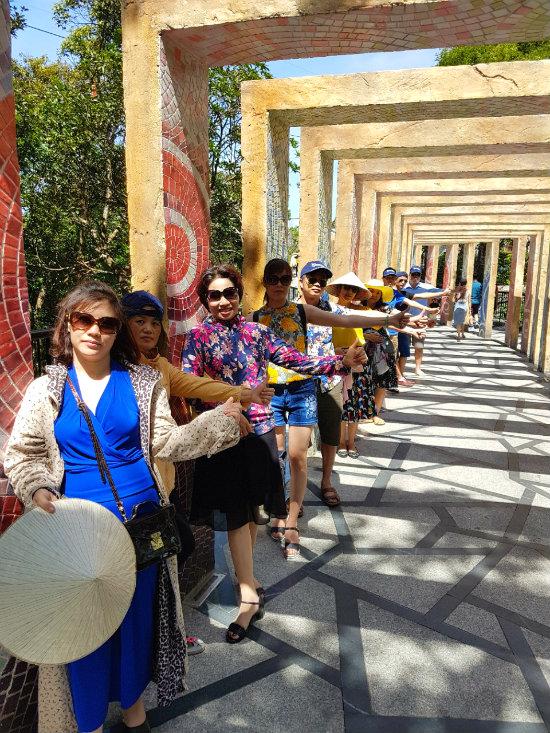 Đoàn khách của công ty du lịch Vietnam Booking đi tour Bà Nà