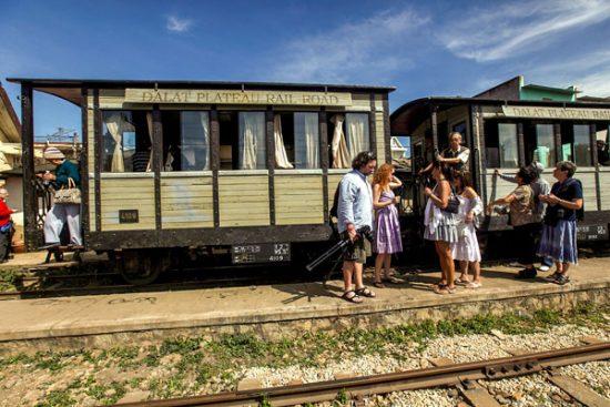 Ga xe lửa Đà Lạt cùng khách tham quan