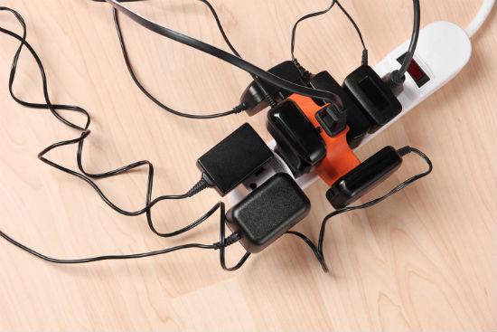 Ổ cắm điện luôn là vật dụng cần thiết. Các khách sạn đều có miễn phí cho khách