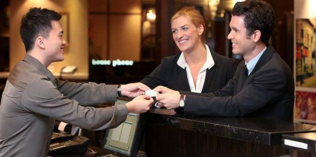 Khách nước ngoài check in khách sạn