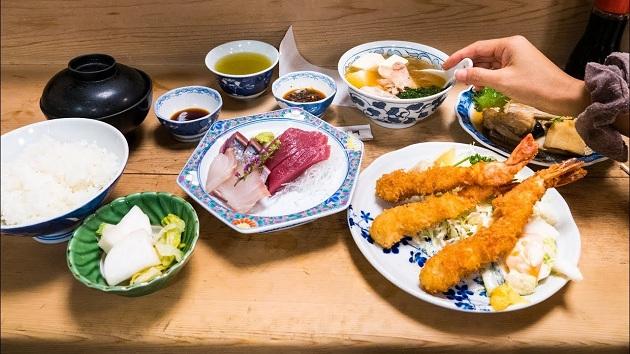 Hãy dùng bữa tại các Food Court để tiết kiệm chi phí và đồ ăn cũng rất ngon miệng. Nguồn ảnh: Internet