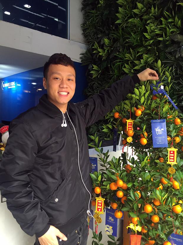 Khách hàng hái lộc tại công ty tour du lịch Vietnambooking tphcm