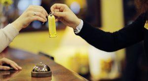 Ở khách sạn một mình phải làm gì để đảm bảo an toàn?