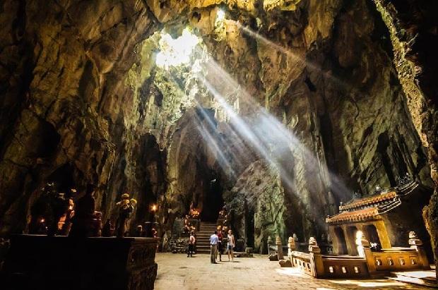 Quần thể Ngũ Hành Sơn sở hữu những hang động hùng vĩ