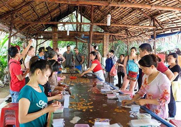 Tham quan cơ sở sản xuất kẹo dừa truyền thống Bến Tre