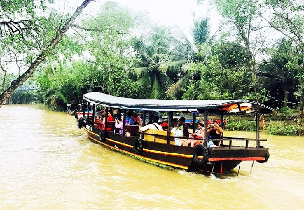 Đi dạo thuyền ngắm cảnh sông Tiền, qua cù lao Tứ linh