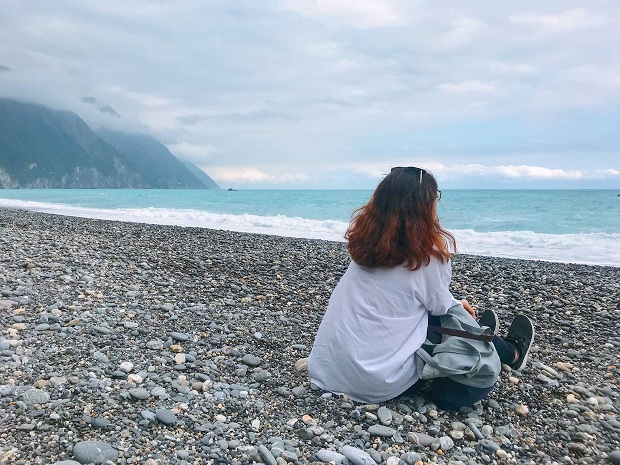 Một bãi biển bí mật được bác tài xế chở đi, ban đầu cả đám ngạc nhiên vì thấy tại sao bác tài lại quẹo một con đường mòn nhỏ, vắng vẻ, lúc đấy sợ bị bắt cóc. Ai ngờ đi xuống, một vòm đá hình vòng cung hiện ra, mở ra cảnh bãi biển đẹp tuyệt.. và điều tuyệt vời hơn là chỉ có duy nhất chúng mình ở đó