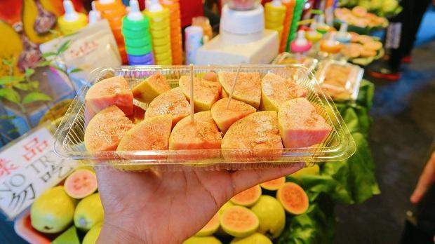 Ổi Đài Loan ngon lắm các bạn ơi, mình thấy trái cây ở Đài Loan nhìn chung rất ngon, trái nào cũng to vàchất lượng hết