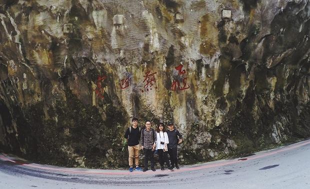 Cuối đường Taroko Swallow Grotto Trail, bác tài xế đòi chụp cho chúng mình một tấm làm kỉ niệm