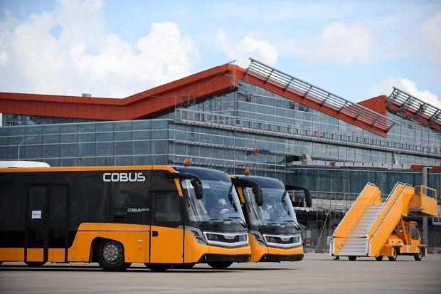 Xe buýt sẽ đưa bạn từ sân bay Vân Đồn đến Hạ Long