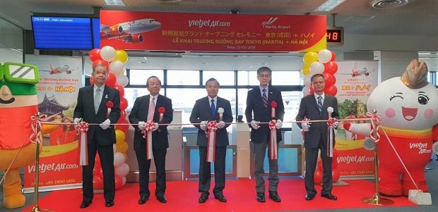 Các lãnh đạo cắt băng khai trương mừng đường bay Hà Nội - Tokyo