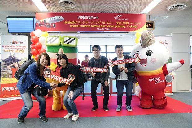 Hành khách có mặt trên chuyến bay Tokyo - Hà Nội vui vẻ chụp hình lưu niệm