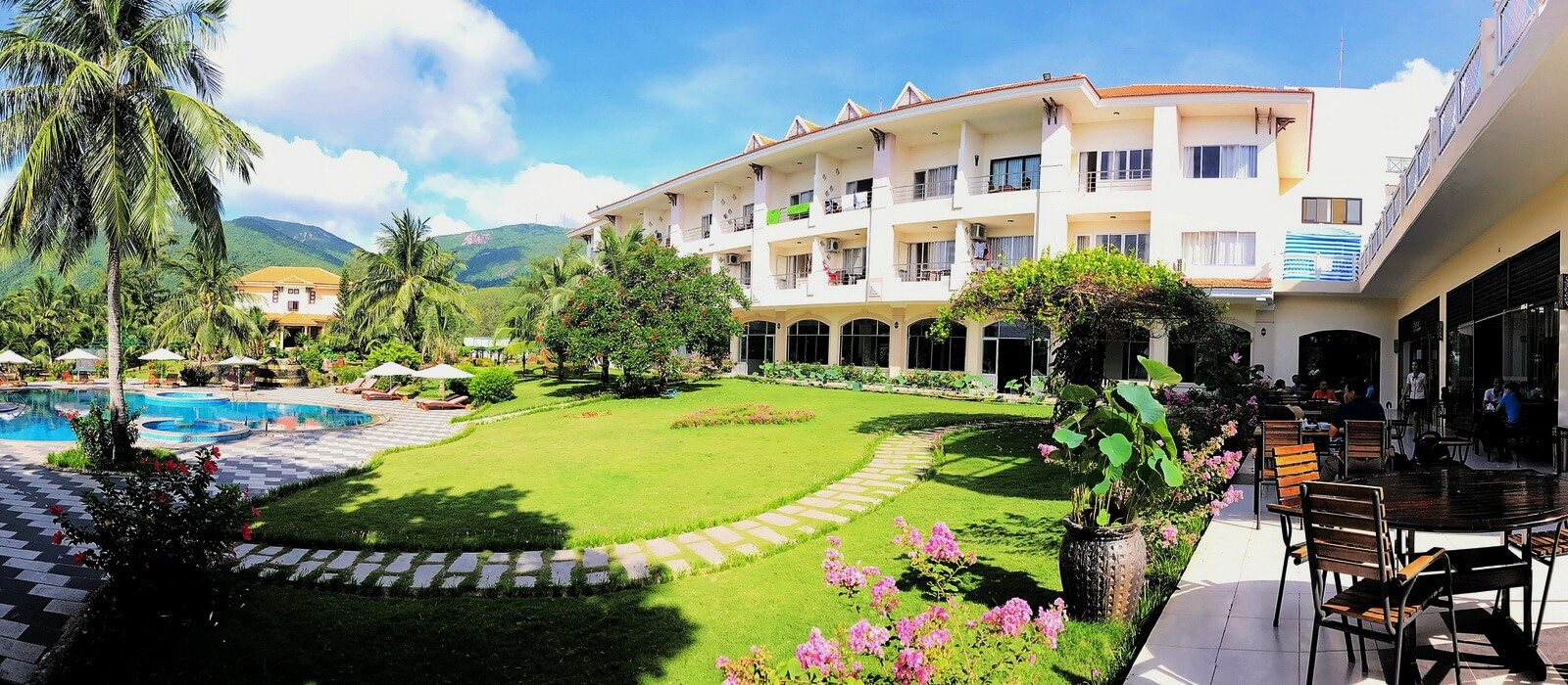 Khách sạn Côn Đảo có thảm cỏ xanh mướt