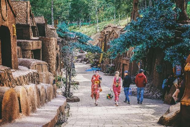 Đi tour Đà Lạt bằng máy bay thăm Đường hầm điêu khắc đất sét