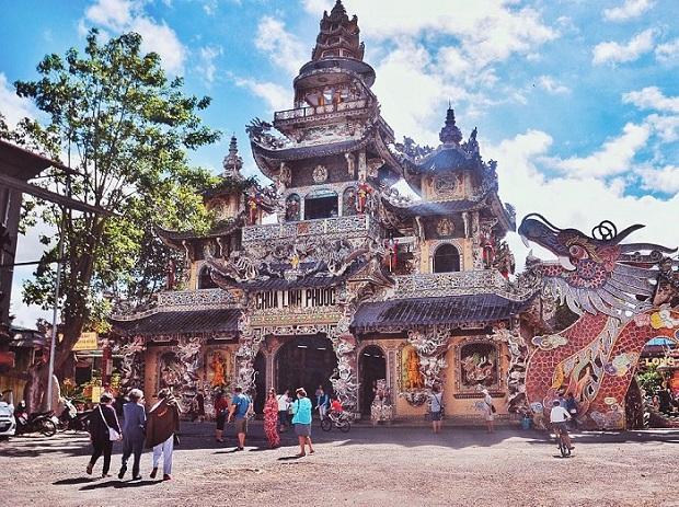 Ghé chùa Linh Phước khi đi tour Cần Thơ Đà Lạt