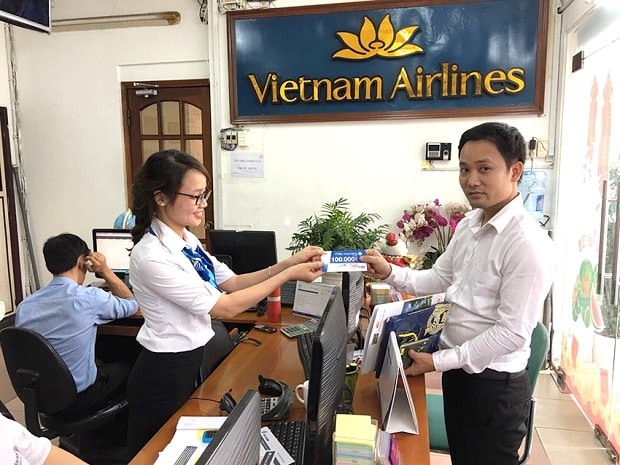 Nhân viên Vietnam Booking bán vé cho khách
