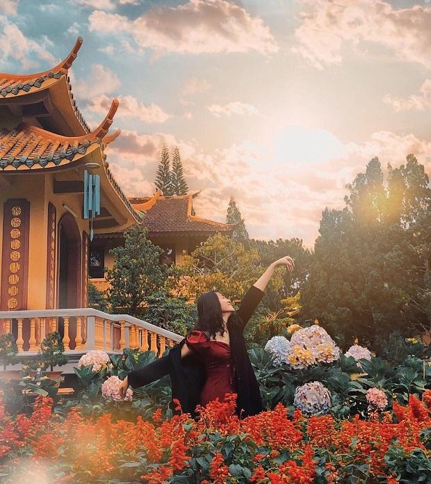 đi tour du lịch đà lạt bằng máy bay ghé Thiền viện Trúc Lâm Đà Lạt