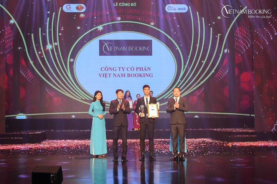 Đại diện Vietnam Booking nhận giải thưởng tại lễ Công bố Giải thưởng thương hiệu chất lương 2019