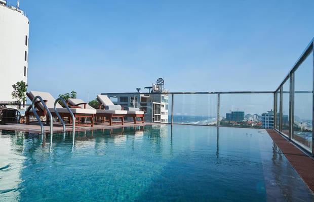 Hồ bơi vô cực tại Sofiana khách sạn Mỹ Khê